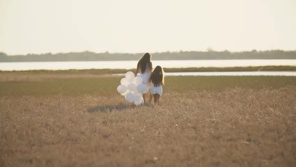Cover Image for Mother with Daughter and White Balloons