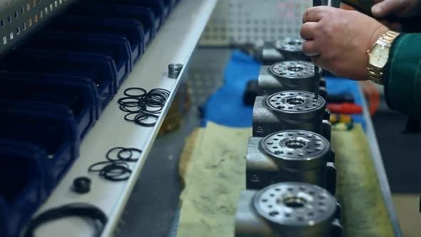 Thumbnail for Arbeiter Stanzlöcher in Metalleinheit. Fabrikarbeiter arbeiten mit Metall Knüppel