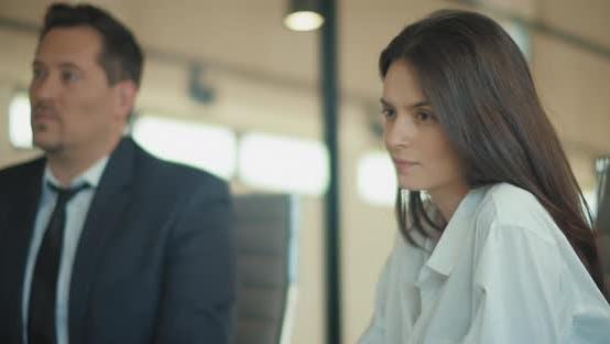 Thumbnail for Nahaufnahme einer jungen Geschäftsfrau, die ein Treffen mit ihren Kollegen im Büro hat. Zeitlupe