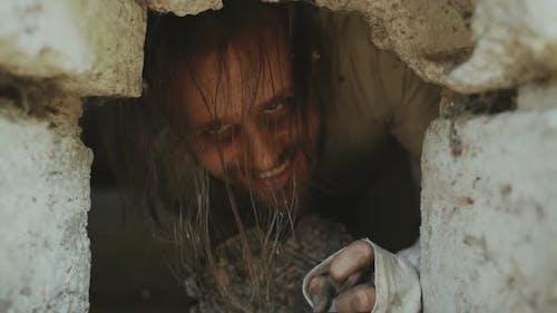 Crazy Horrible Maniac im Keller mit Fenster