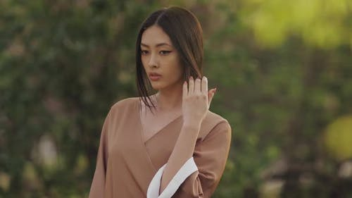 Asiatische Frau in traditionellen japanischen Kimono im freien