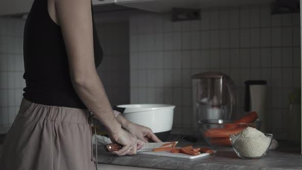 Frau bereitet Abendessen zu Hause vor