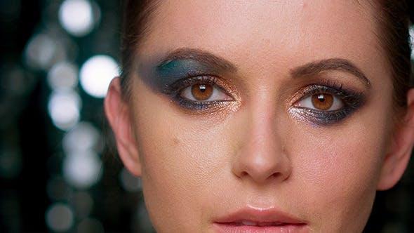 Thumbnail for Glamour Dame mit künstlerischen dunkel und bunt Makeu