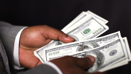 Rechnungen in Händen