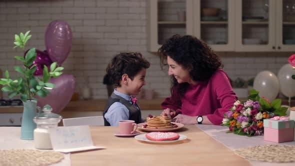 Thumbnail for Mutter Fütterung Sohn mit hausgemachten Pfannkuchen