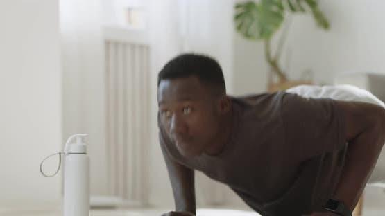Junge Afroamerikaner Mann Üben Push-Ups, Trainieren zu Hause