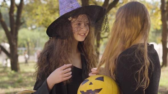 Thumbnail for Niedlich kaukasische redhead Mädchen gekleidet in Hexe Kostüm sprechen zu Ihr blonde Freund