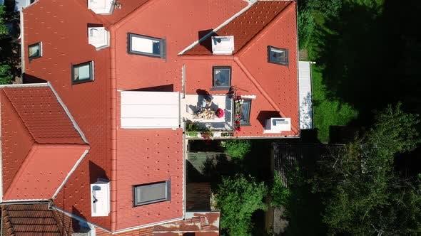 Thumbnail for Luftaufnahme der Familie mit Frühstück auf dem Dachbalkon.