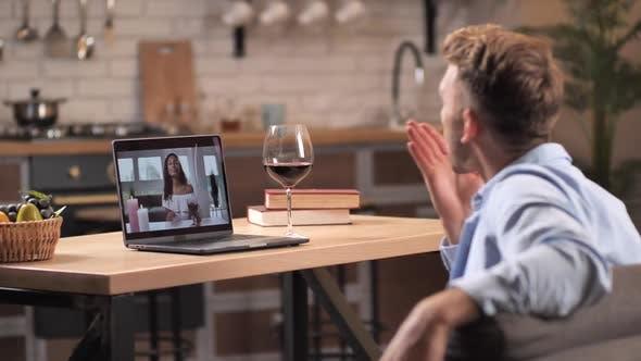 Liebevolles Paar, das sich nach dem Online-Dating verabschiedet
