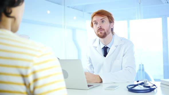 Arzt überprüft Röntgenaufnahme für Diagnose, Patient sitzt vorne