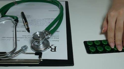 Arzt empfiehlt Pillen nach der vorgeschriebenen Verschreibung
