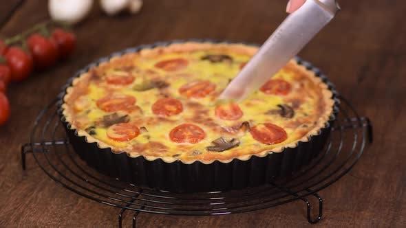 Thumbnail for Schneiden Sie hausgemachte Quiche Lorraine mit Huhn, Pilzen und Käse. Französische Küche.