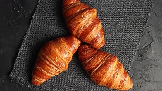 Thumbnail for Golden gebackene Croissants auf Serviette
