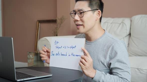Lehrer unterrichtet E-Learning zu Hause