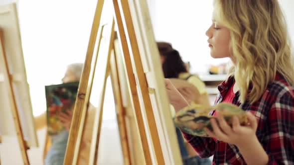 Thumbnail for Teenager-Mädchen mit Staffelei Malerei an der Kunstschule