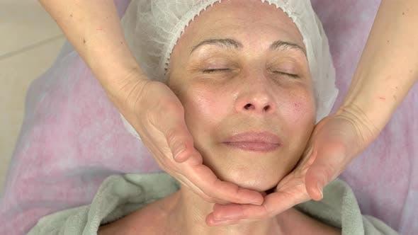 Erwachsene Frau bei lymphatischen Massagen
