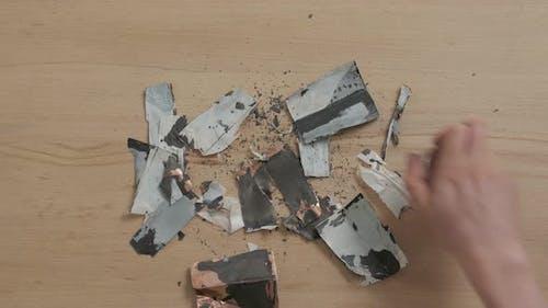 Teile beschädigter Batterie
