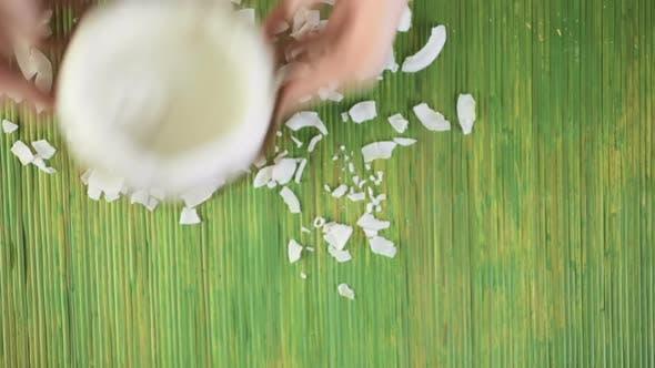 Thumbnail for Frisch geöffnete Kokosnuss auf einem Holzhintergrund
