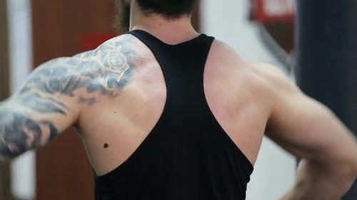 Junger muskulöser Mann trainiert im Fitnessstudio. Crossfit-Training.
