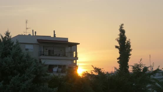 Thumbnail for Haus in ruhiger Lage bei Sonnenuntergang