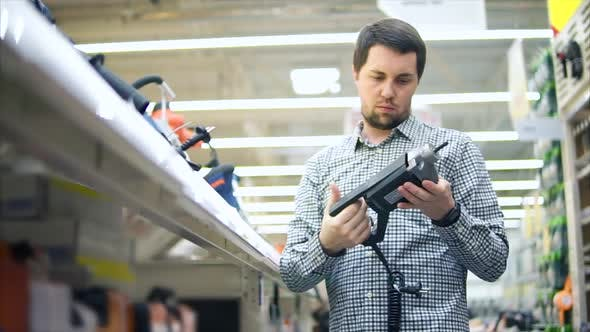 A Man Wants to Buy Pistols with Silicone Adhesive for Repairs in His Apartment