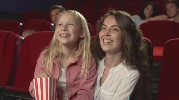 Thumbnail for Mutter und Tochter zusammen im Kino