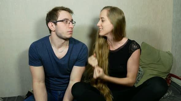 Thumbnail for Junge Mann und Frau Spielen Spiele auf Konsole mit Gamepads