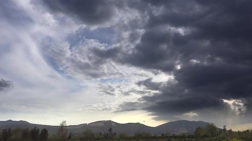 Variable und gemischte meteorologische Wolkenbewegungen am Himmel
