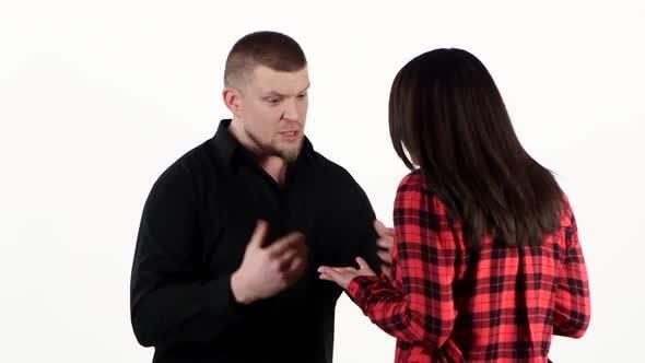 Thumbnail for Verärgerter Mann schreit Frau an und packt sie durch Schultern. Weiss