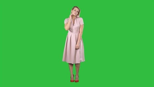 Schöne zarte Mädchen in rosa Kleid Blick auf den Spiegel