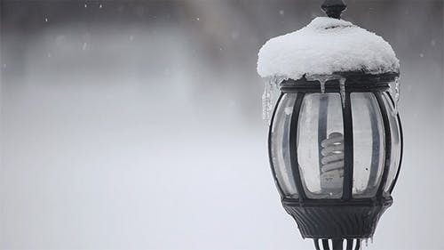 Schneebedeckte Laterne