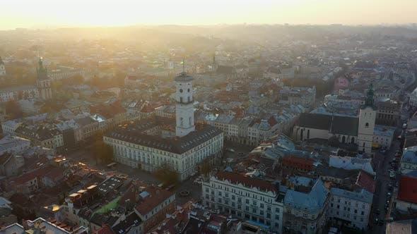 Thumbnail for LuftDrohne Video von Lviv Old City Center - Dächer und Straßen, Rathaus Ratusha
