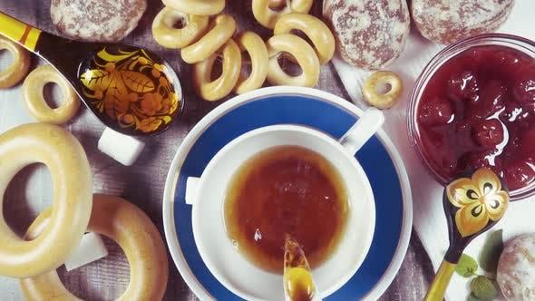 Thumbnail for Zeitlupe traditionelle russische Teeparty mit Gebäck Draufsicht