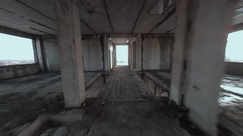 FPV Drone Flies Maneuverable Through an Abandoned Building
