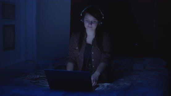 Fille montre des vidéos de musique dans des écouteurs