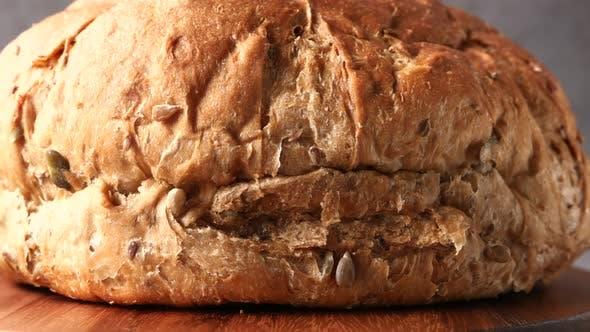 Nahaufnahme von gebackenem, rund gebackenem Brot auf dem Tisch
