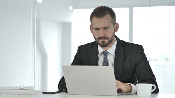 Thumbnail for Nachdenklicher Geschäftsmann Denken und Arbeiten am Laptop