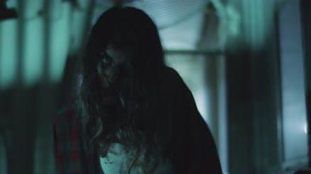 Zombie-Frau geht nachts vor das Gebäude.Transformation Zombie-Konzept