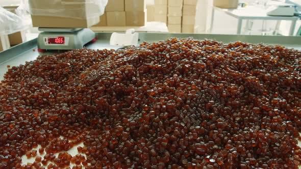 Racks avec des plateaux de bonbons à la gelée dans les bonbons d'usine. Usine de bonbons.