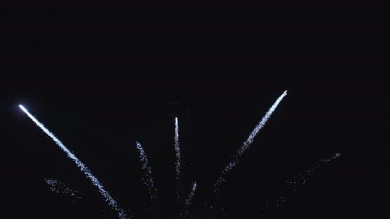 croix blanche de feux d'artifice emmêlés dans l'air