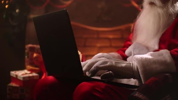 Thumbnail for Weihnachtsmann Einkaufen am Computer. Weihnachts-Verkaufszeit