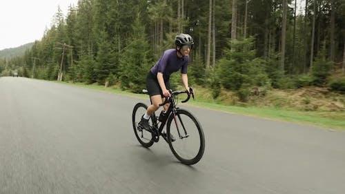 Radfahrer trainieren hart auf dem Fahrrad, machen Cardio-Workout-Übungen, bereiten sich auf den Radsport vor