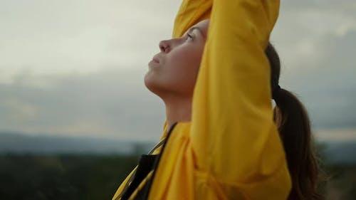Fokussierte junge Frau praktiziert Yoga Pose