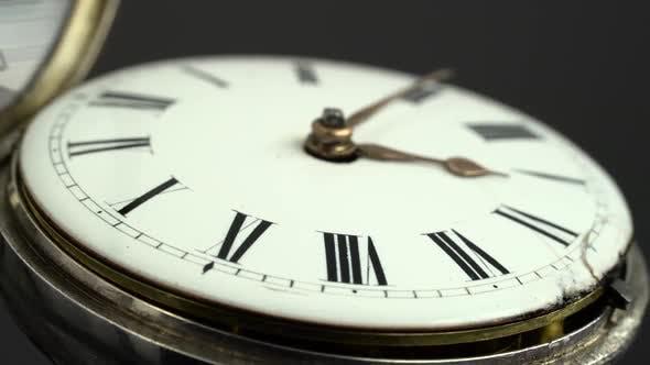 Наберите карманные часы крупным планом. Черный фон. Звук