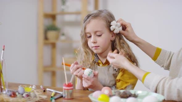 Thumbnail for Caring Mutter und niedliche Mädchen Vorbereitung für Ostern