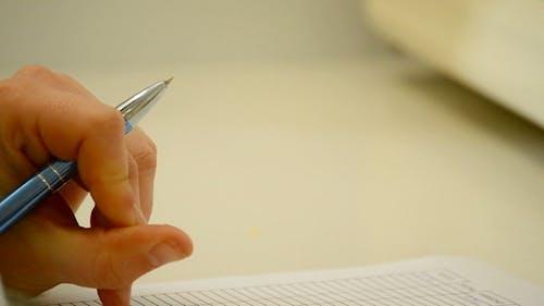 Hand mit einem Stift