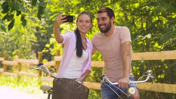 Thumbnail for Paar mit Fahrrad nehmen Selfie per Smartphone