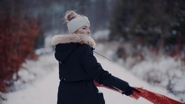 Thumbnail for Frau tragen Schal am Hals im Winter im Freien