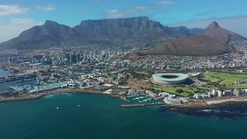 Luftaufnahme fliegt mit dem Tafelberg in Richtung der Stadt Kapstadt