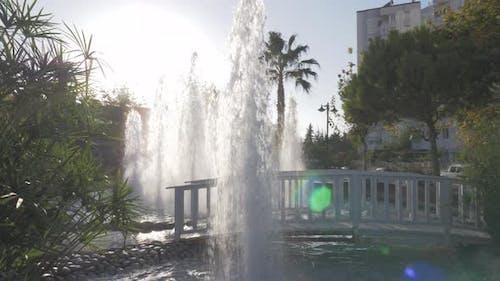 Resort-Landschaftsgestaltung mit Brunnen und Fußgängerbrücke, Türkei